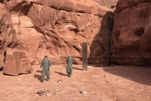 Bí ẩn khối kim loại kỳ lạ giữa sa mạc Mỹ