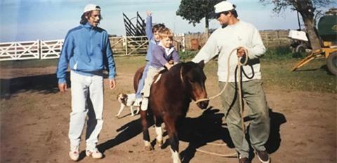 Pochettino (trước) học cưỡi ngựa khi còn nhỏ