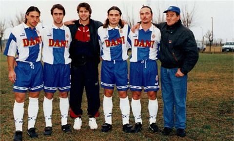 Pochettino (giữa) thăm đội bóng cũ Centro Recreativo Union y Cultura