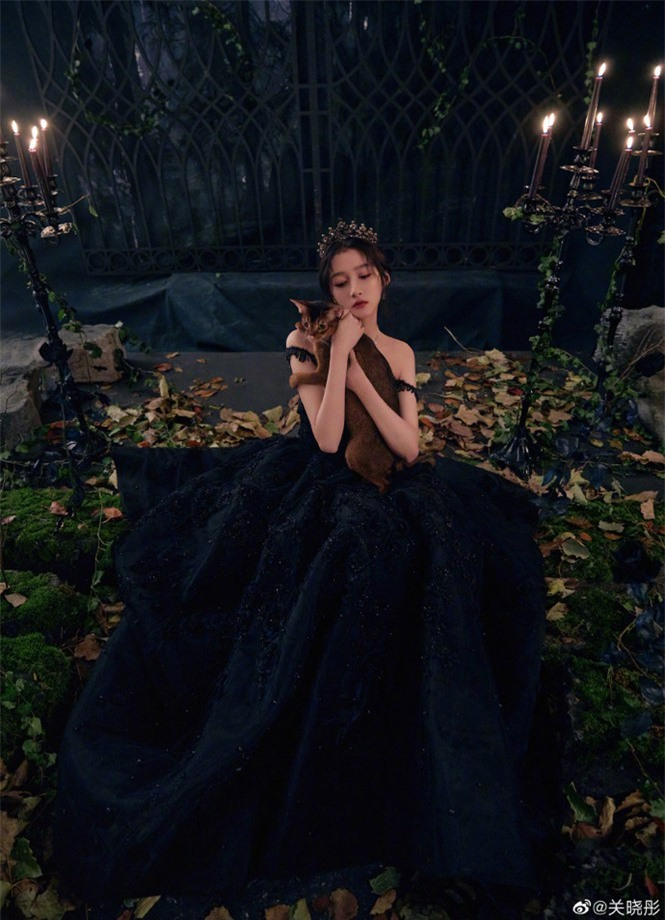 Quan Hiểu Đồng hóa công chúa hắc ám lạnh lùng, quyến rũ gây 'bão' mạng - ảnh 2
