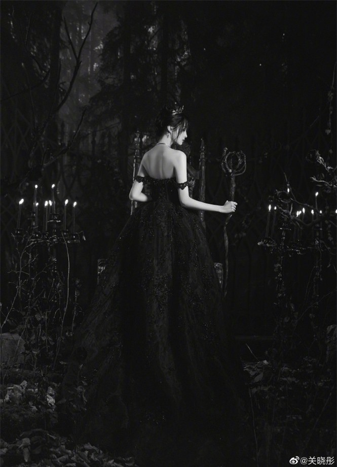 Quan Hiểu Đồng hóa công chúa hắc ám lạnh lùng, quyến rũ gây 'bão' mạng - ảnh 5