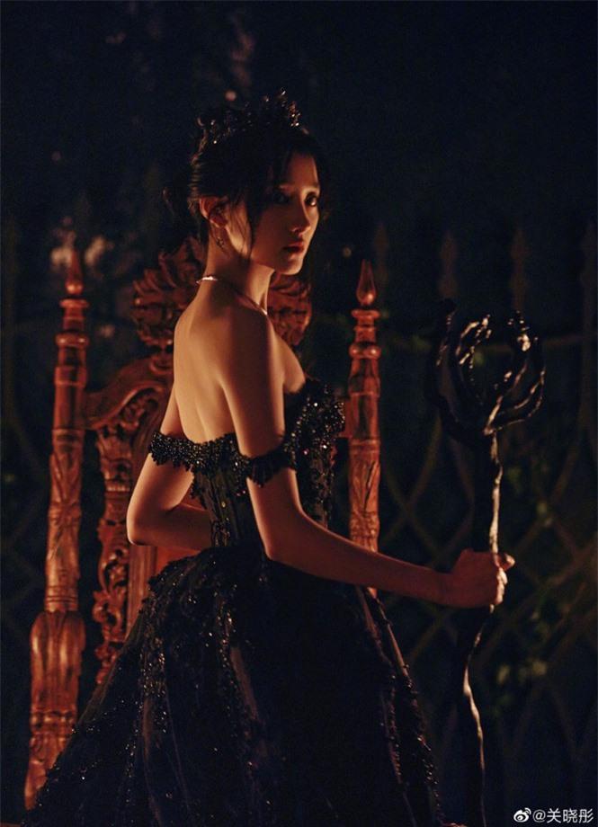 Quan Hiểu Đồng hóa công chúa hắc ám lạnh lùng, quyến rũ gây 'bão' mạng - ảnh 8