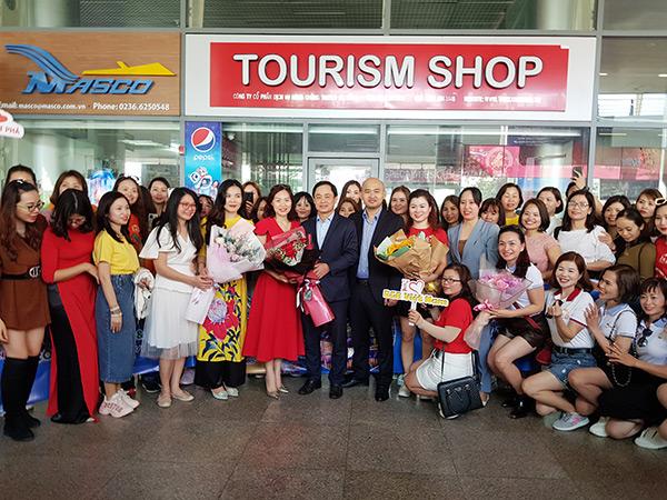 Lãnh đạo Sở Du lịch Đà Nẵng tặng hoa chào mừng đoàn du khách MICE của Công ty R&B Việt Nam