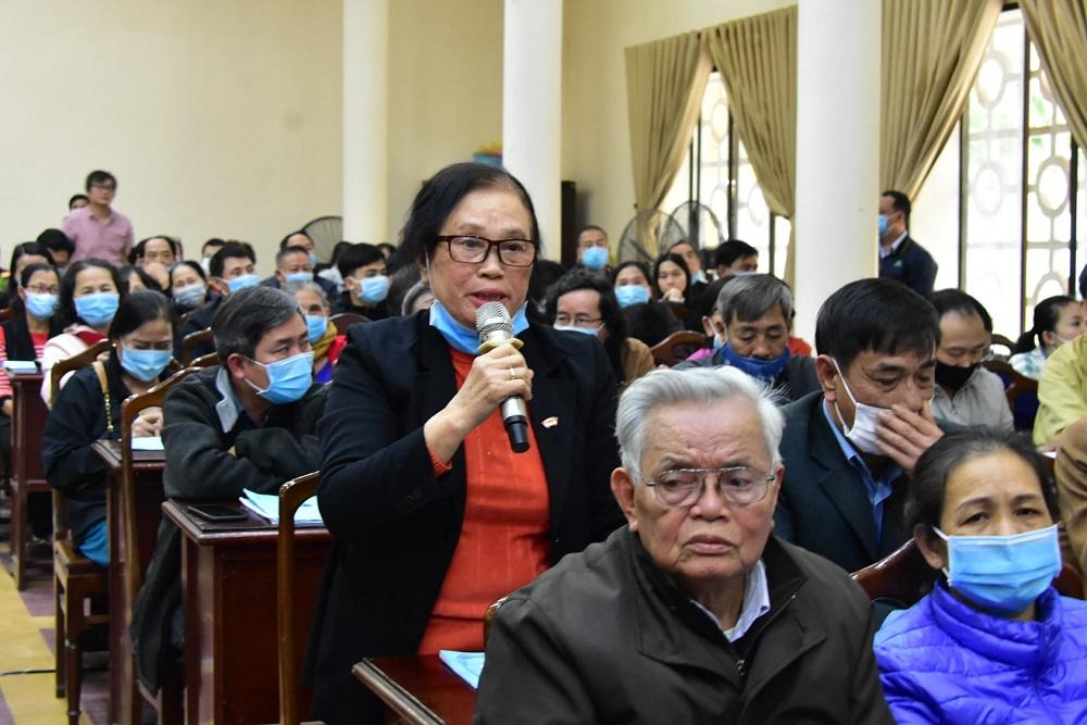 Người dân bày tỏ nguyện vọng tại buổi đối thoại với Chủ tịch UBND tỉnh Thừa Thiên Huế.