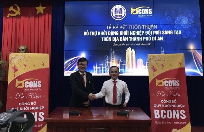 Ông Ngô Lưu Bình (bên trái), Tổng Giám đốc Bcons ký kết Biên bản thỏa thuận hỗ trợ hoạt động khởi nghiệp đổi mới sáng tạo với lãnh đạo TP. Dĩ An (Ảnh: congthuong.vn)