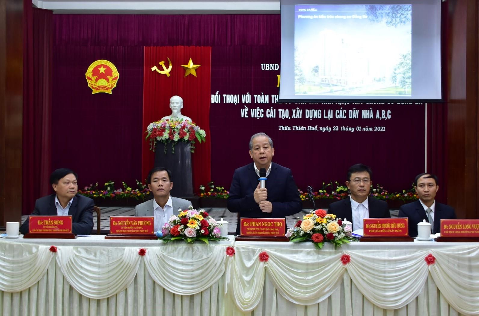Chủ tịch UBND tỉnh Thừa Thiên Huế Phan Ngọc Thọ trao đổi, chia sẻ thông tin với người dân.