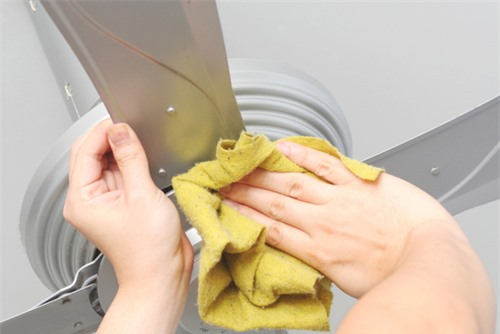 Sử dụng khăn để vệ sinh quạt trần