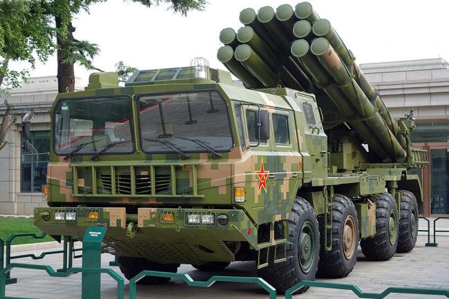 Tổ hợp pháo phản lực phóng loạt AR2 do Trung Quốc chế tạo dựa trên BM-30 Smerch của Nga. Ảnh: RG.