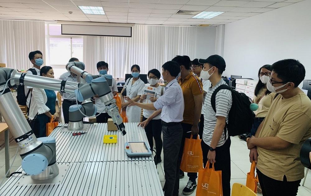 Các em học sinh được trải nghiệm lớp học demo tại Ngày hội Open Day của VGU.