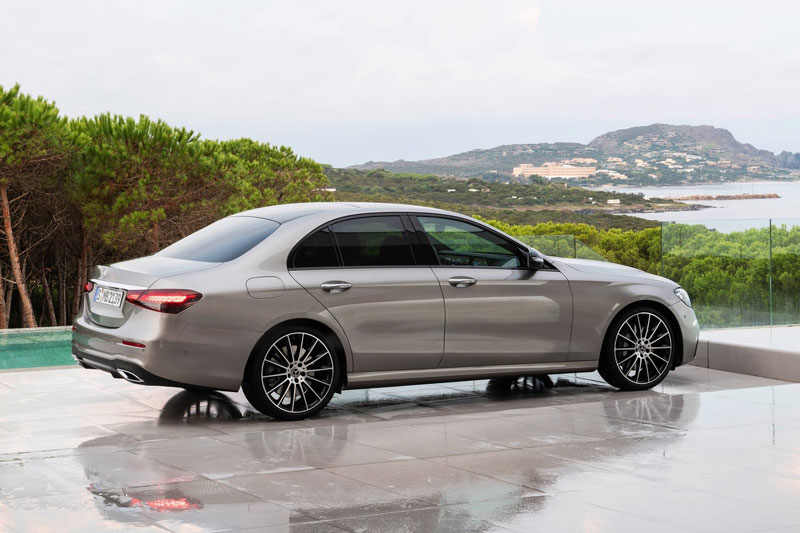 2. Mercedes-Benz E-Class 2021 (giá khởi điểm: 55.300 USD).