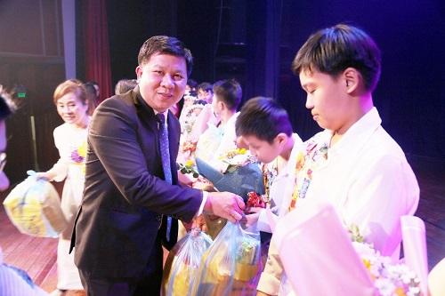 Quỹ Từ thiện Kim Oanh trao quà cho trẻ em khuyết tật