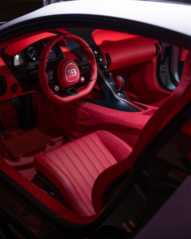 Hệ thống treo còn sở hữu bộ lò xo mới với độ cứng 166 N/mm ở bánh trước và 200 N/mm ở bánh xe sau, tạo sự cứng chắc cần thiết nhưng không làm mất đi tính thoải mái của những chiếc Bugatti. Những tinh chỉnh của hệ thống treo trong lúc vận hành có thể được máy tính của xe hoàn thành một cách tự động trong chưa đầy 6 mili giây.