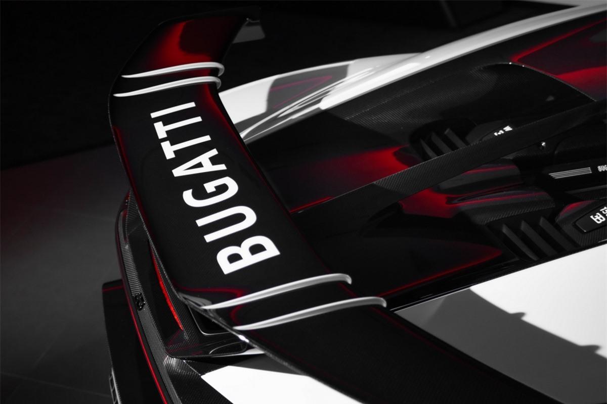 Xe được trang bị gói nâng cấp Pur Sport Split với điểm nhấn là dãy sợi carbon màu xám chạy dọc giữa xe. Cùng với đó, nửa dưới thân xe được hoàn thiện bằng sợi carbon màu nâu.