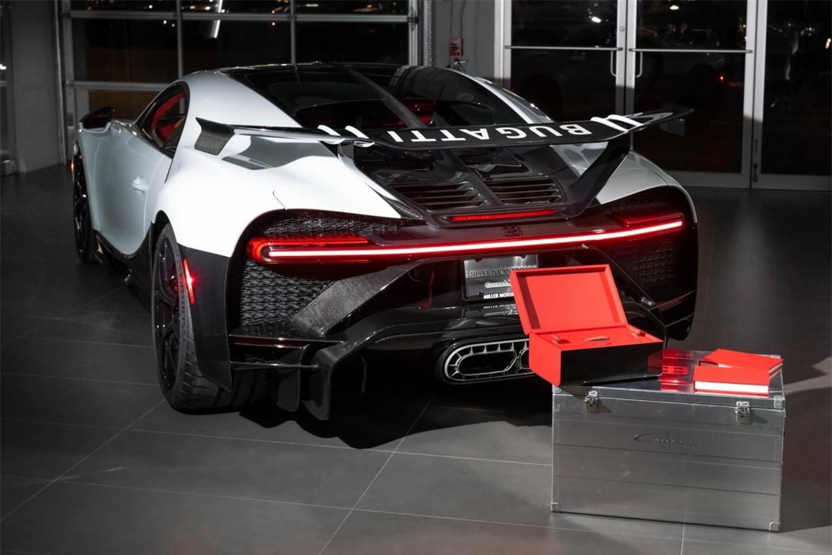 """""""Bugatti Greenwich rất vinh dự được giao chiếc Bugatti Chiron Pur Sport đầu tiên trên thế giới cho một khách hàng trung thành"""