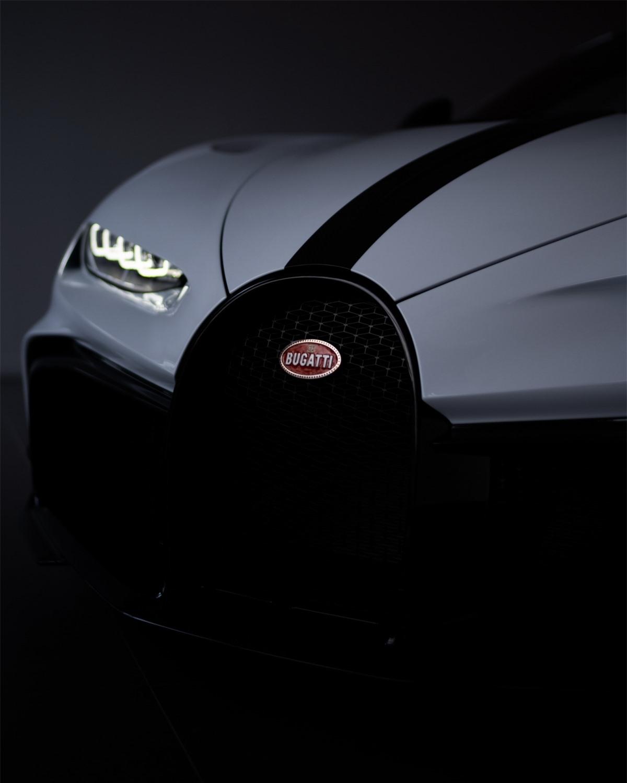 Chiron Pur Sport là chiếc xe được thiết kế dành cho đường đua nhiều hơn, hãng siêu xe Pháp chỉ sản xuất đúng 60 chiếc loại này với giá bán mỗi chiếc khởi điểm từ 3,64 triệu USD.