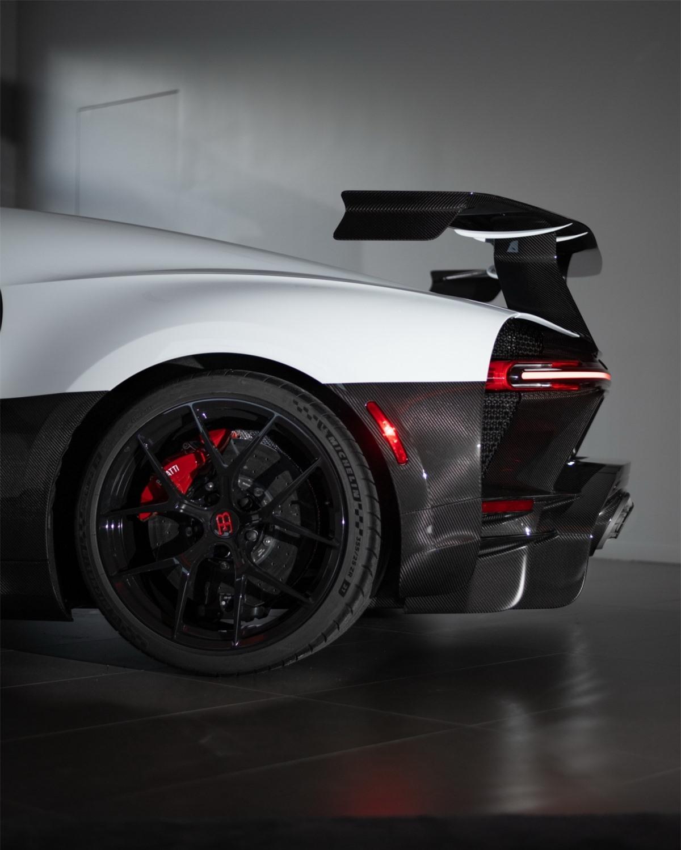 Chiron Pur Sport vẫn được trang bị động cơ W16 dung tích khủng 8.0 lít quen thuộc với công suất cực đại 1.500 mã lực và 1.600 Nm mô-men xoắn. Theo như Bugatti, xe sở hữu hộp số với các tỉ lệ rút ngắn, góp vần gia tăng khả năng tăng tốc của xe.