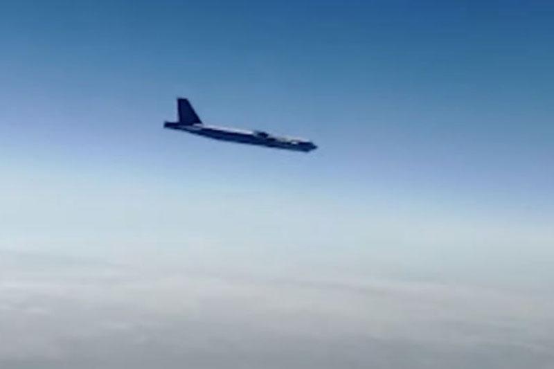 Bốn chiếc Su-30SM của Nga đánh chặn B-52 của Mỹ ở ngoài khơi Crimea