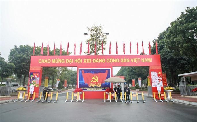 Cận cảnh công tác bảo đảm an ninh thắt chặt trong ngày đầu tiên diễn ra Đại hội XIII - Ảnh 1.