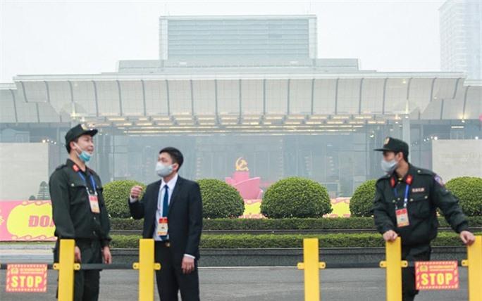 Cận cảnh công tác bảo đảm an ninh thắt chặt trong ngày đầu tiên diễn ra Đại hội XIII - Ảnh 11.