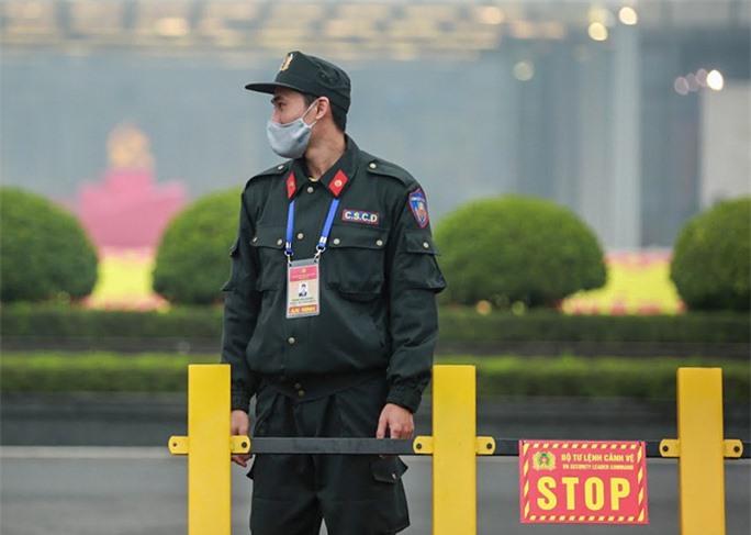 Cận cảnh công tác bảo đảm an ninh thắt chặt trong ngày đầu tiên diễn ra Đại hội XIII - Ảnh 12.
