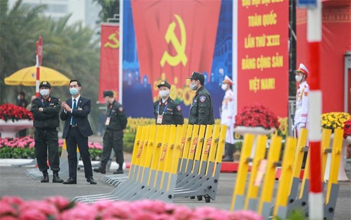 Cận cảnh công tác bảo đảm an ninh thắt chặt trong ngày đầu tiên diễn ra Đại hội XIII - Ảnh 14.