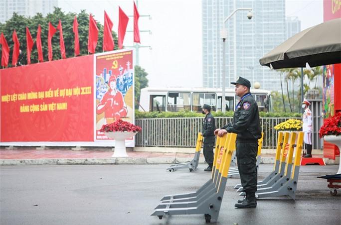 Cận cảnh công tác bảo đảm an ninh thắt chặt trong ngày đầu tiên diễn ra Đại hội XIII - Ảnh 5.