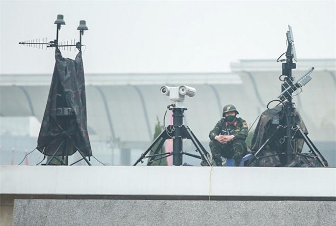 Cận cảnh công tác bảo đảm an ninh thắt chặt trong ngày đầu tiên diễn ra Đại hội XIII - Ảnh 7.