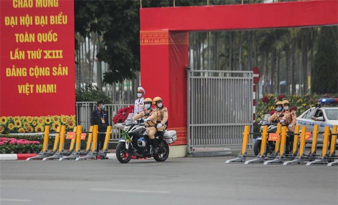 Cận cảnh công tác bảo đảm an ninh thắt chặt trong ngày đầu tiên diễn ra Đại hội XIII - Ảnh 8.