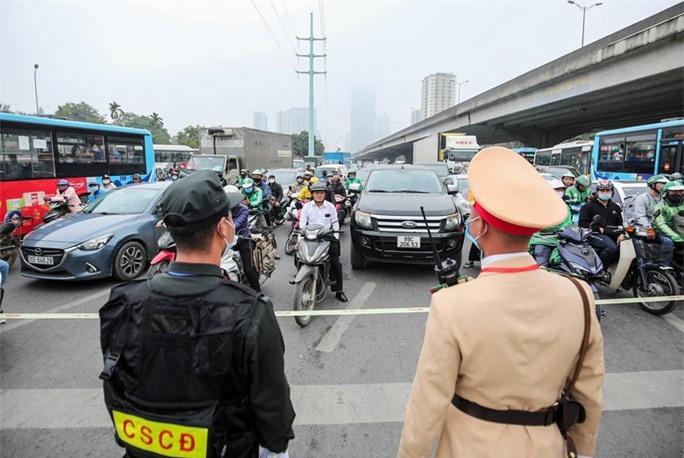 Cận cảnh công tác bảo đảm an ninh thắt chặt trong ngày đầu tiên diễn ra Đại hội XIII - Ảnh 9.