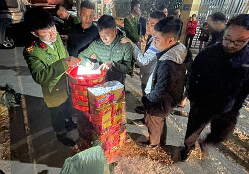 """Gần 130 kg pháo lậu bị """"chặn đứng"""" trên đường về Hà Nội"""