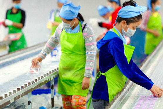 Các công nhân trên dây chuyền lắp ráp tại một nhà máy ở Campuchia. (Ảnh: UN)