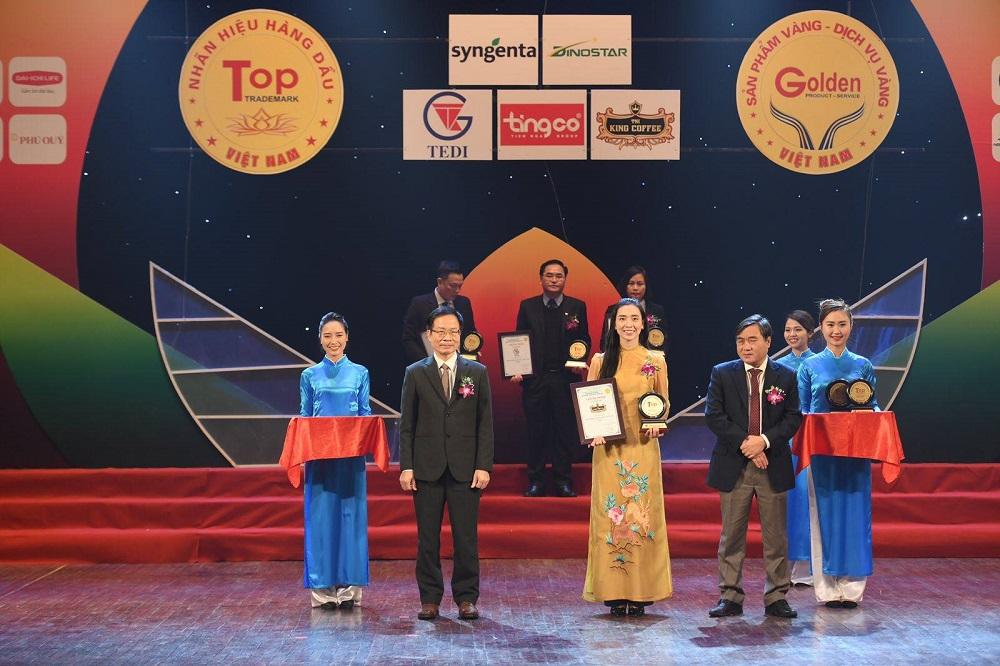 Đại diện TNI KING COFFEE nhận giải Top 20 Nhãn hiệu hàng đầu Việt Nam.