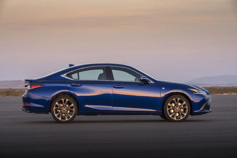 =1. Lexus ES 2021 (điểm tổng thể: 4,8/5).