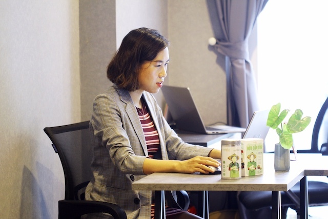 Nguyễn Thị Huyền Trâm và sản phẩm bột rau củ của mình.