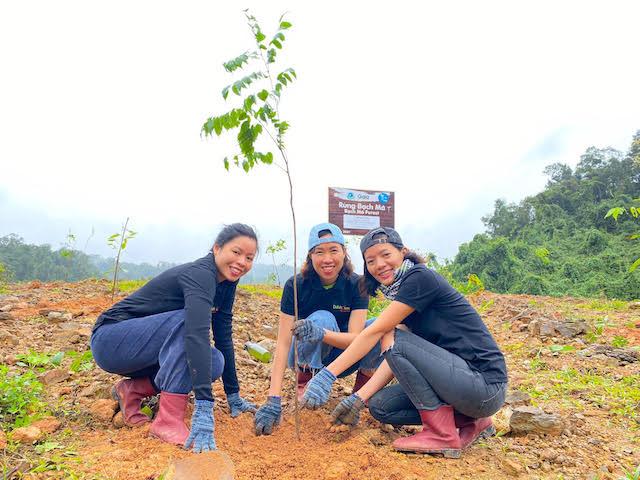 Huyền Trâm (giữa) trong một chuyến đi trồng rừng Bạch Mã (Thừa Thiên Huế).