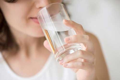 3 kiểu uống nước tưởng vô hại nhưng phá hủy gan thận nghiêm trọng