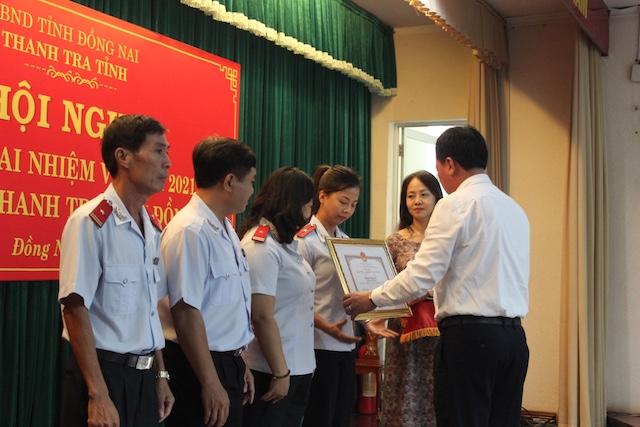Phó chủ tịch UBND tỉnh Võ Tấn Đức trao bằng khen của UBND tỉnh cho đại diện các tập thể, cá nhân đạt thành tích xuất sắc trong công tác năm 2020.