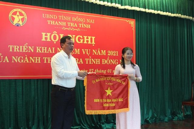 Phó chủ tịch UBND tỉnh Võ Tấn Đức trao cờ thi đua cho đơn vị đạt thành tích của Thanh tra tỉnh.