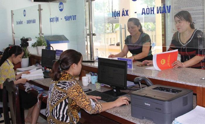 Người dân huyện miền núi Nam Đông (Thừa Thiên Huế) hài lòng khi giải quyết thủ tục hành chính tại bộ phận Tiếp nhận và trả kết quả hiện đại ở xã Thượng Lộ.