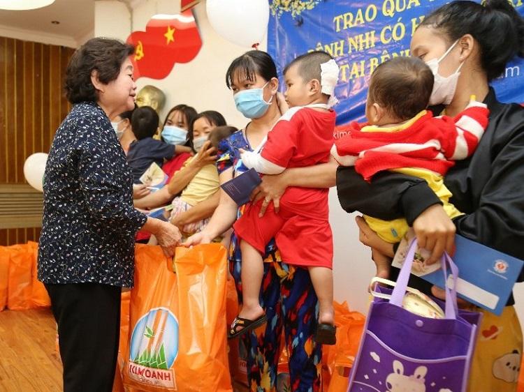 Nguyên Phó Chủ tịch Nước Trương Mỹ Hoa, Chủ tịch Quỹ Học bổng Vừ A Dính, tặng quà và chia sẻ những khó khăn, vất vả mà người bệnh và thân nhân đang gặp phải.