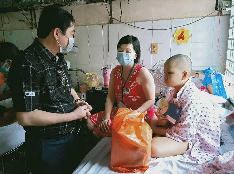 Ông Nguyễn Thuận, Chủ tịch Tập đoàn Địa ốc Kim Oanh, Chủ tịch danh dự Quỹ Từ thiện Kim Oanh, tặng quà cho các bệnh nhân khoa nhi ung thư.