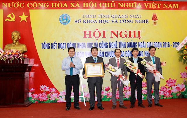 Thừa ủy quyền của Chủ tịch Nước, đồng chí Trần Phước Hiền-Phó Chủ tịch UBND tỉnh trao Huân chương Lao động Hạng Nhất cho Sở Khoa học và Công nghệ