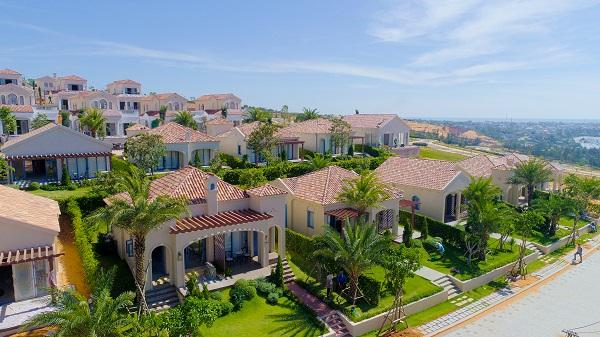 """Kiến trúc Tây Ban Nha - Địa Trung Hải độc đáo lần đầu có mặt tại Việt Nam, vị trí kề bên vịnh Mũi Né, địa thế đồi núi tự nhiên với cao độ từ 15– 92m, biệt thự biển NovaHills Mui Ne được nhiều chuyên gia đánh giá là cực """"khó kiếm"""" ở Việt Nam cũng như Đông Nam Á."""