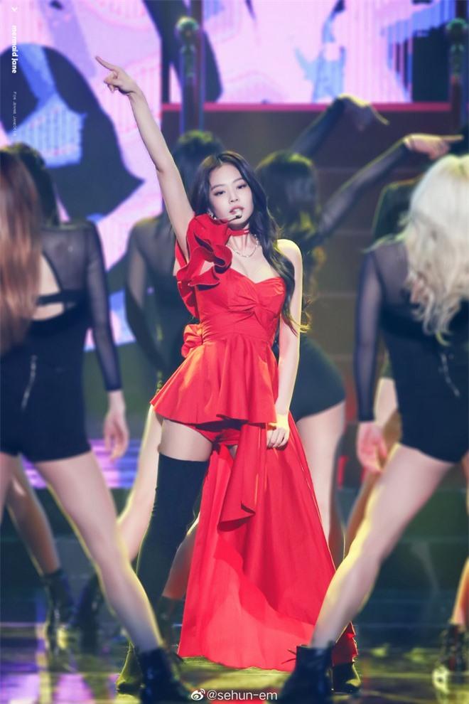 Hình ảnh 2 năm trước Jennie khoe body tuyệt mỹ cùng vòng 1 bức thở gây bão Weibo: Công chúa YG đẹp nức nở quá đi! - Ảnh 4.