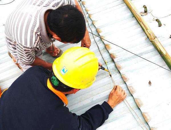 Điện lực Hòa Vang hỗ trợ khách hàng T.T.C.V (thôn Trung Nghĩa, xã Hòa Ninh, huyện Hòa Vang) xử lý điểm chạm chập trên mái tôn khiến sản lượng tăng bất thường