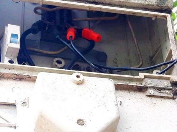 Điện lực Hòa Vang bắt quả tang khách hàng P.N.C (thôn Phước Hưng, xã Hòa Nhơn) có hành vi trộm cắp điện (Ảnh do PC Đà Nẵng cung cấp)