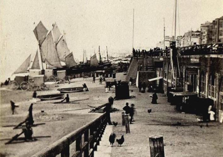 Bãi biển Brighton vào những năm 1930, thời điểm xảy ra những vụ án mạng.