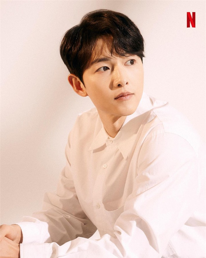 Diện sơ mi trắng quần đen, Song Joong Ki bất ngờ được khen