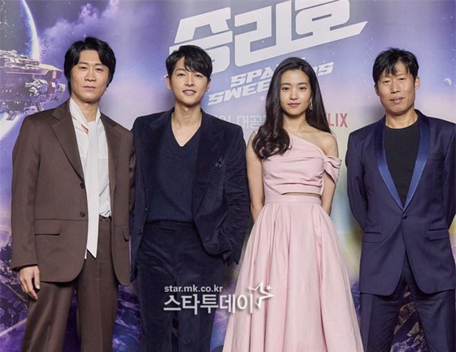 Sự kiện hot nhất sáng nay: Song Joong Ki sánh đôi bên bản sao Song Hye Kyo, nhưng lại lộ dấu hiệu lão hóa - Ảnh 8.