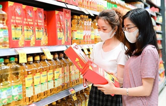 Các hệ thống siêu thị năm nay dự trữ lớn cho dịp tết. Trong ảnh: người dân mua sắm tại siêu thị ở quận Gò Vấp,